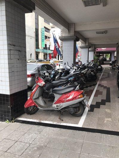 國民黨台南市黨部的騎樓因騎樓暢通計畫,原被市府劃設綠色標線,後來經民眾反映後,改...
