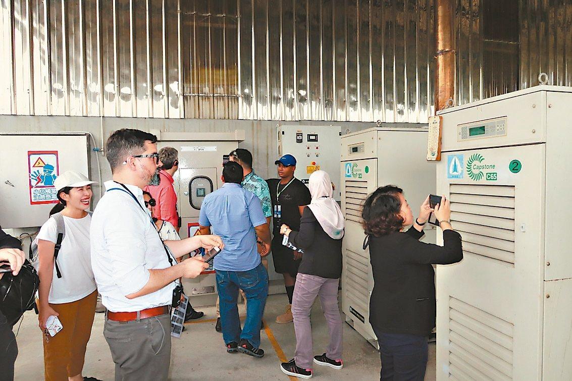來自20個國家、30多位環保專家昨天前往參訪屏東中央畜牧場,了解沼氣發電的過程。...