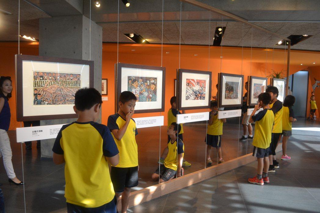 藝術家幾米、拉黑子與台南市後壁樹人國小舉辦聯展,樹人國小學生負責導覽解說。 記者...
