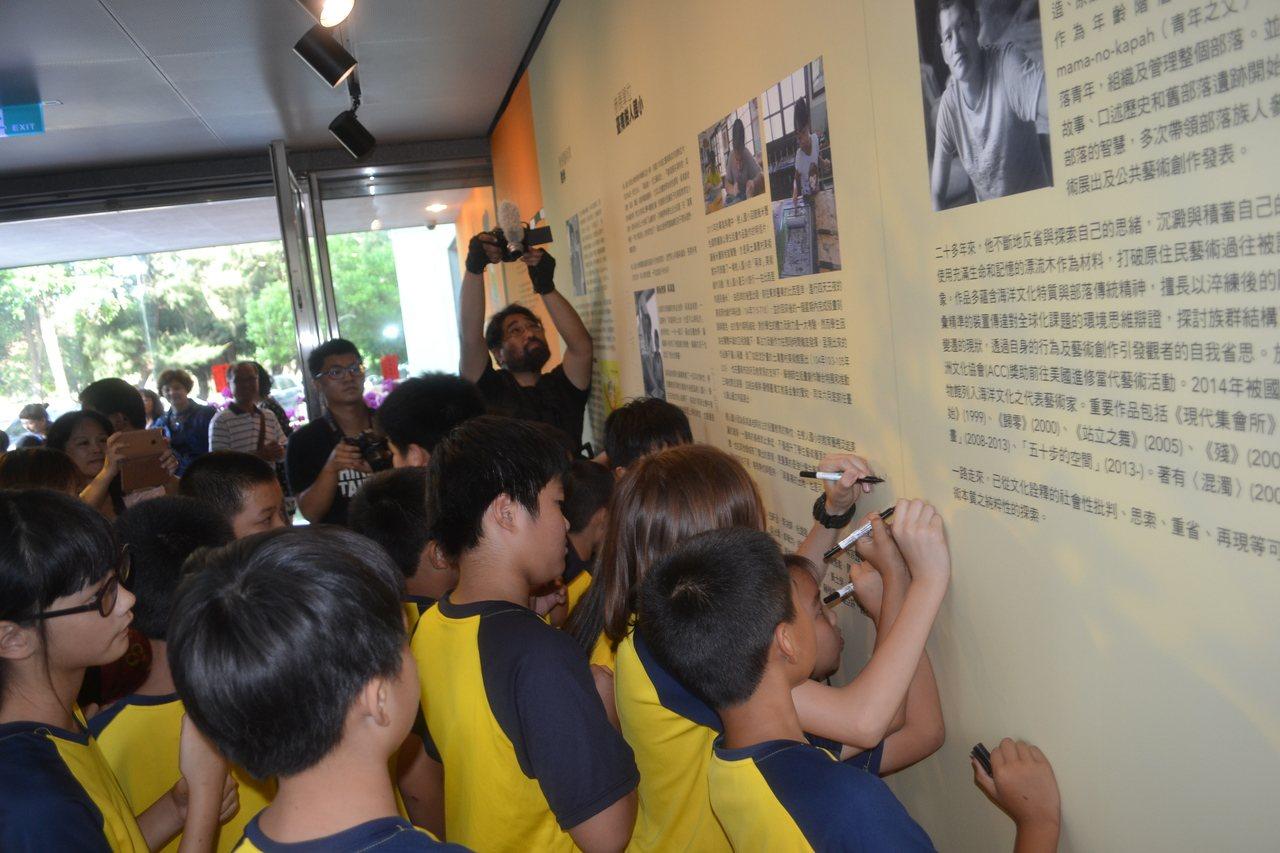 畫家幾米、藝術家拉黑子與樹人國小小朋友昨起在府都建築文化館,舉辦聯展,小藝術家們...