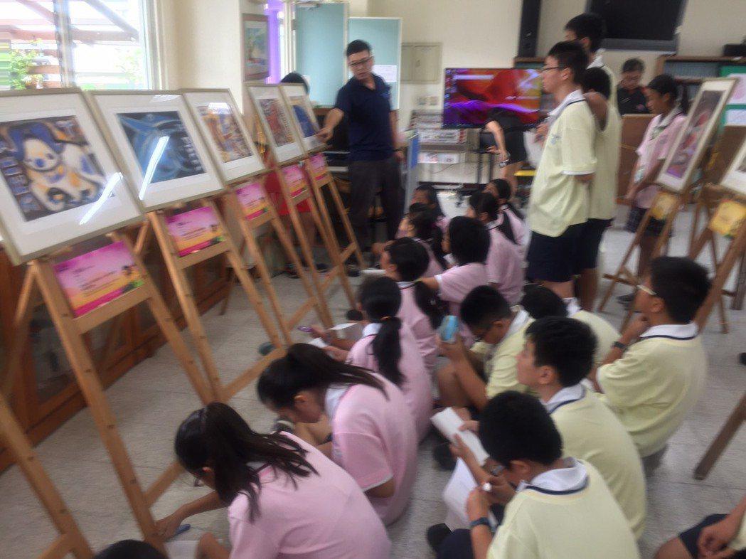 六甲國中舉行劉其偉藝術特展,學生們認真聽老師導覽。 記者吳政修/攝影