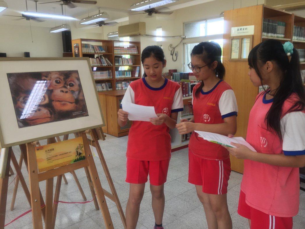 劉其偉藝特展,有導覽的學生志工講解。 記者吳政修/攝影