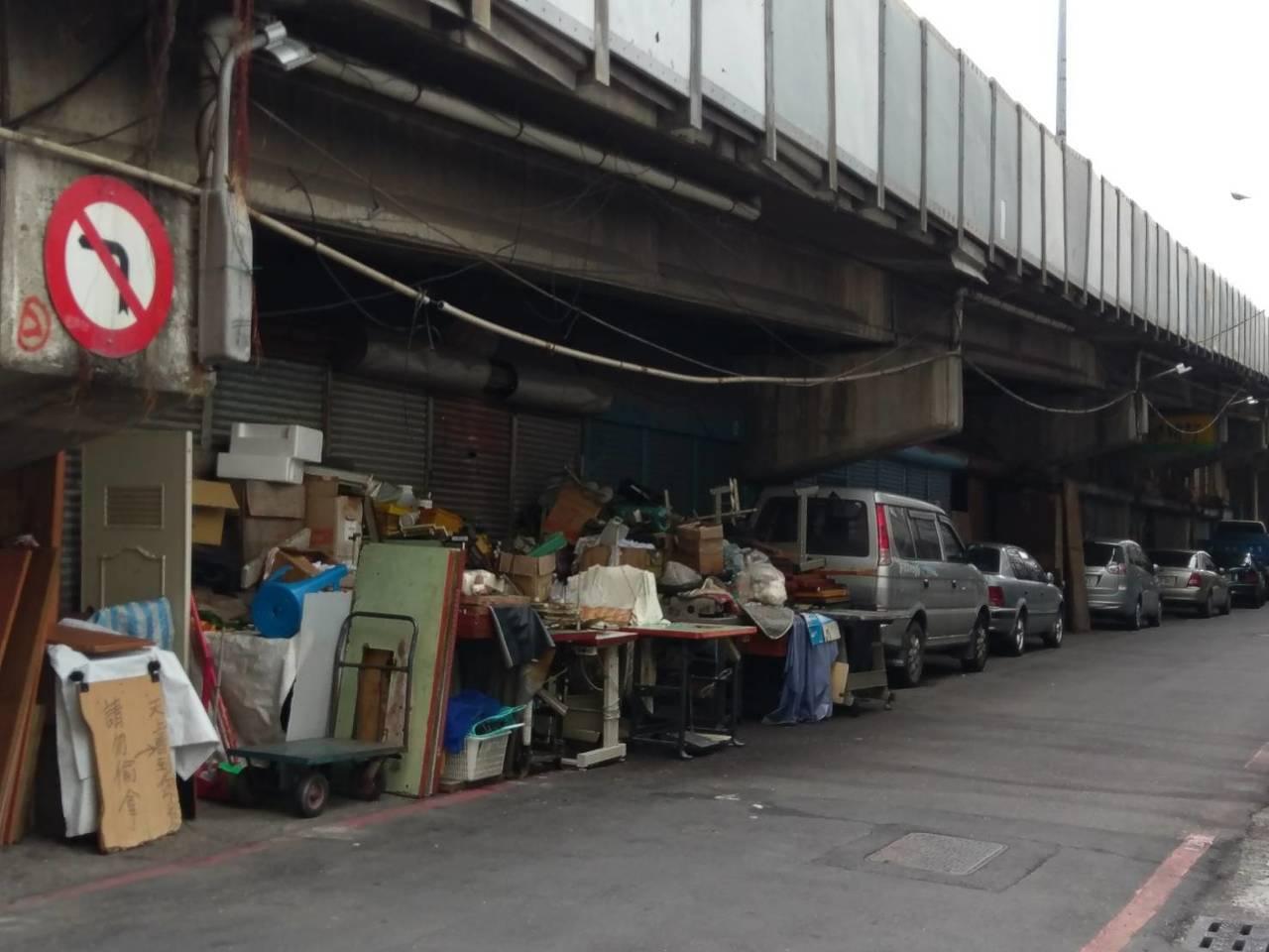 自立陸橋下仍有不少的攤商及攤架。 記者謝梅芬/攝影
