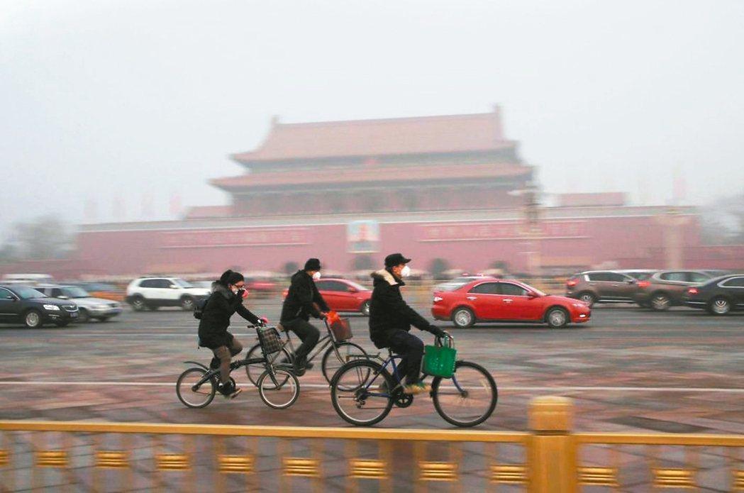 北京、新德里的霧霾日常北京(圖)與印度新德里霧霾嚴重,民眾戴上口罩出門已是日...