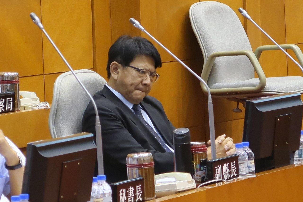 面對議員指責,屏東縣長潘孟安一度咬唇皺眉。 記者翁禎霞/攝影