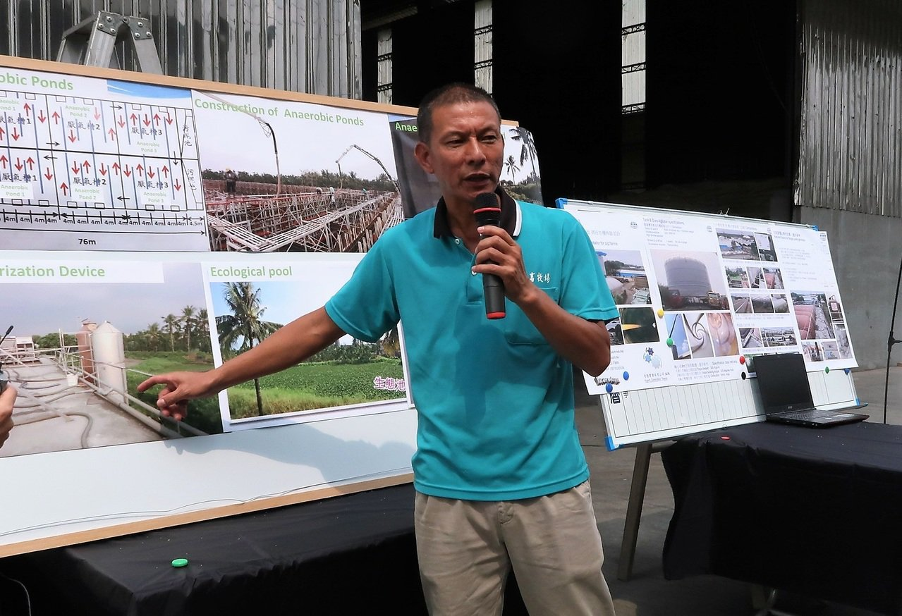 中央畜牧場負責人之一蘇鵬說明目前沼氣發電已可供全場七成電力。 記者翁禎霞/攝影