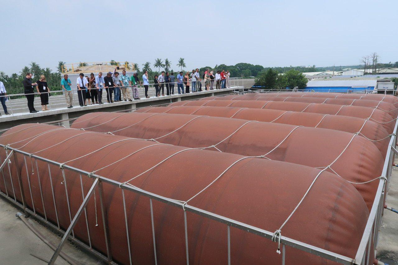 來自20個國家、30多位環保專家參訪屏東中央畜牧場,了解沼氣發電的過程。 記者翁...