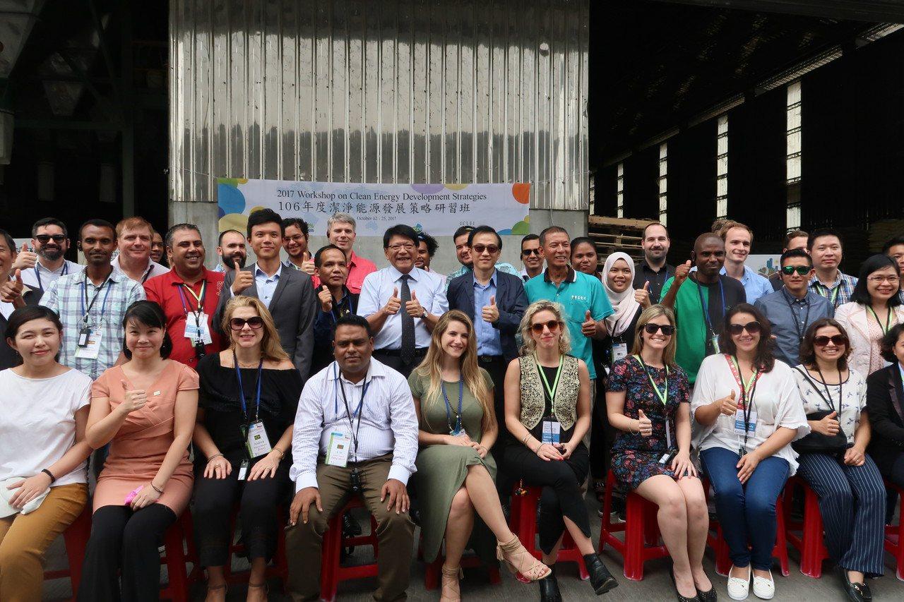 來自20個國家、30多位環保專家參訪屏東中央畜牧場,與屏東縣長潘孟安合影。 記者...