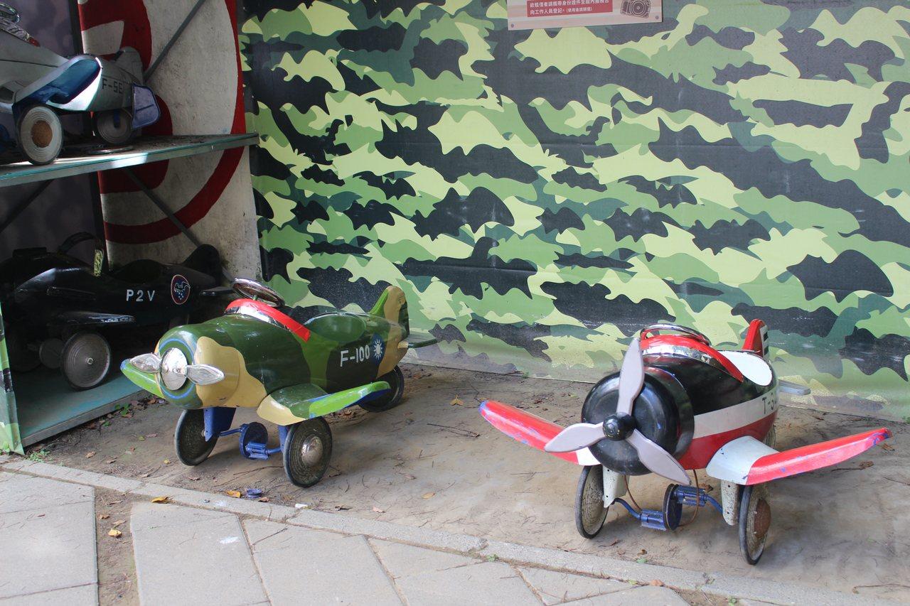 新竹眷村博物館有小型飛機,提供小小朋友搭乘。 記者張雅婷/攝影
