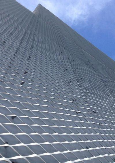 日本建築師妹島和世新作台中綠美圖,外觀覆蓋金屬擴張網,創造輕柔的建築外觀。 圖/...