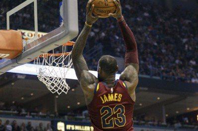 詹姆斯攻下24分5籃板8助攻,比賽中上演飛身灌籃美技,騎士在團隊發揮下輕取公鹿。...