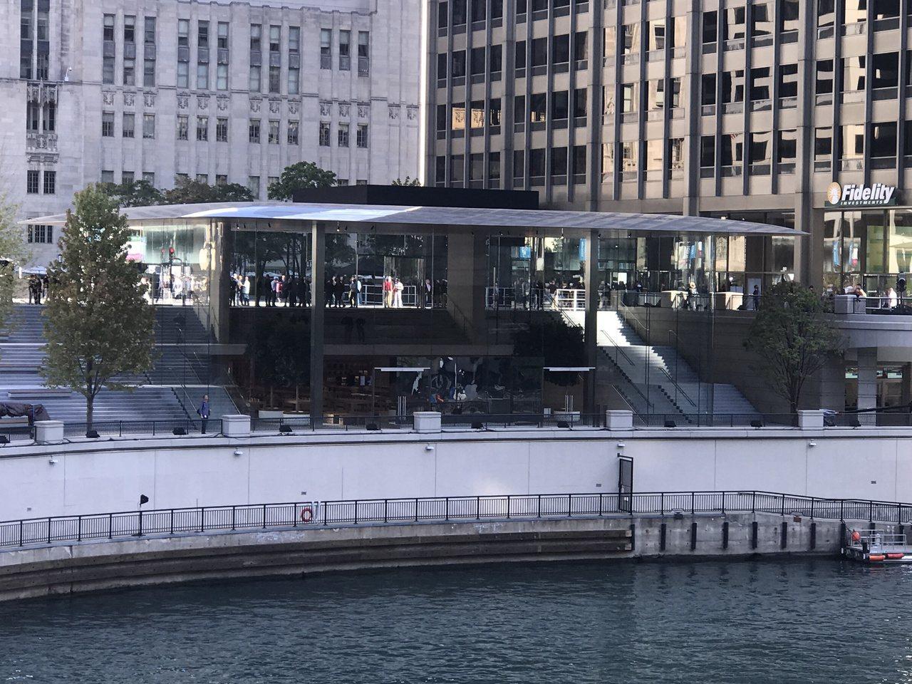 芝加哥全新蘋果旗艦店就在芝加哥河畔。(特派員黃惠玲/攝影)