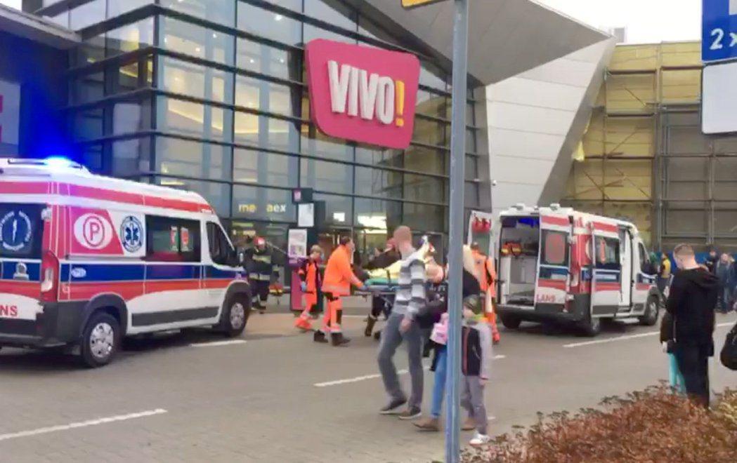 波蘭南部城市斯塔洛瓦沃拉一處熱鬧的購物中心20日發生持刀攻擊,造成一名女性死亡和...