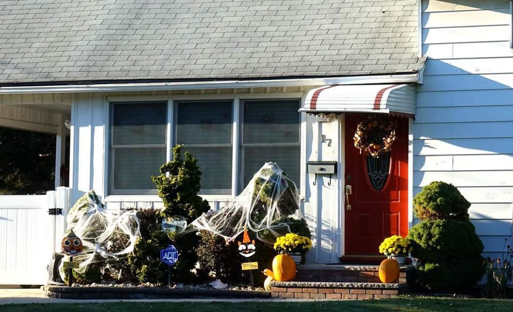 萬聖節將至,許多新州家庭已經開始布置前院。(記者謝哲澍/攝影)