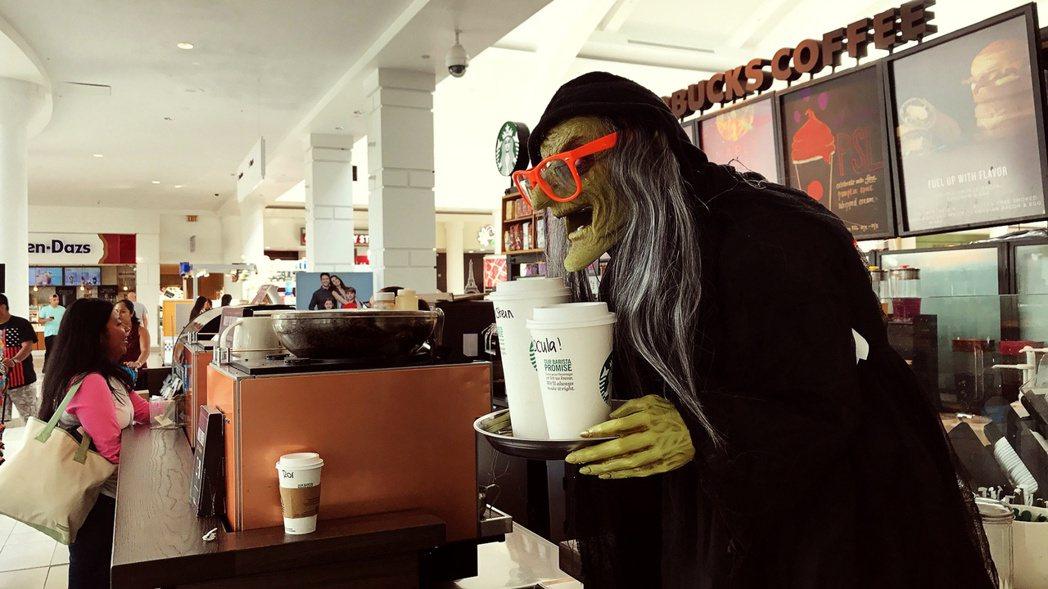 新州咖啡店內推出的萬聖節主題。(記者謝哲澍/攝影)