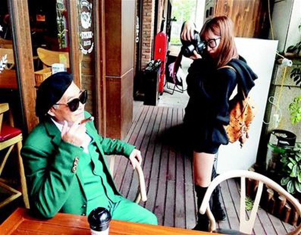 孫女掌鏡拍出「潮味」,78歲爺爺時髦照走紅。(取材自楚天都市報)