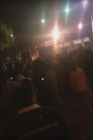 網傳視頻顯示,有數百人到綠點工廠外抗議。(視頻截圖)