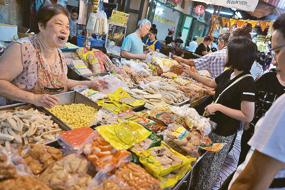 素食節到,泰國民眾湧入曼谷唐人街採購素食食材。 路透