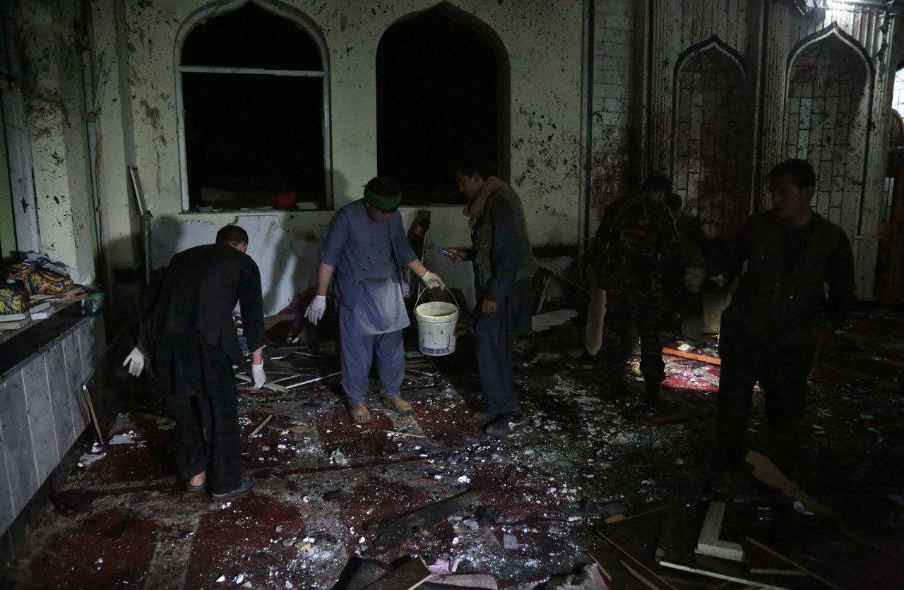 阿富汗西部古爾省和首都喀布爾兩座清真寺20日遭襲,造成至少72人喪生。 新華社