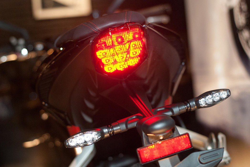 Triumph Street Triple R尾燈。記者林昱丞/攝影