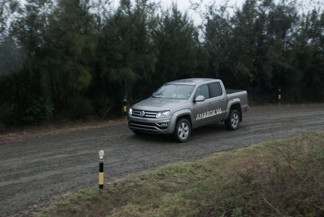 Volkswagen Amarok打滑時,ESP會馬上介入,將車輛導正回來。記者...