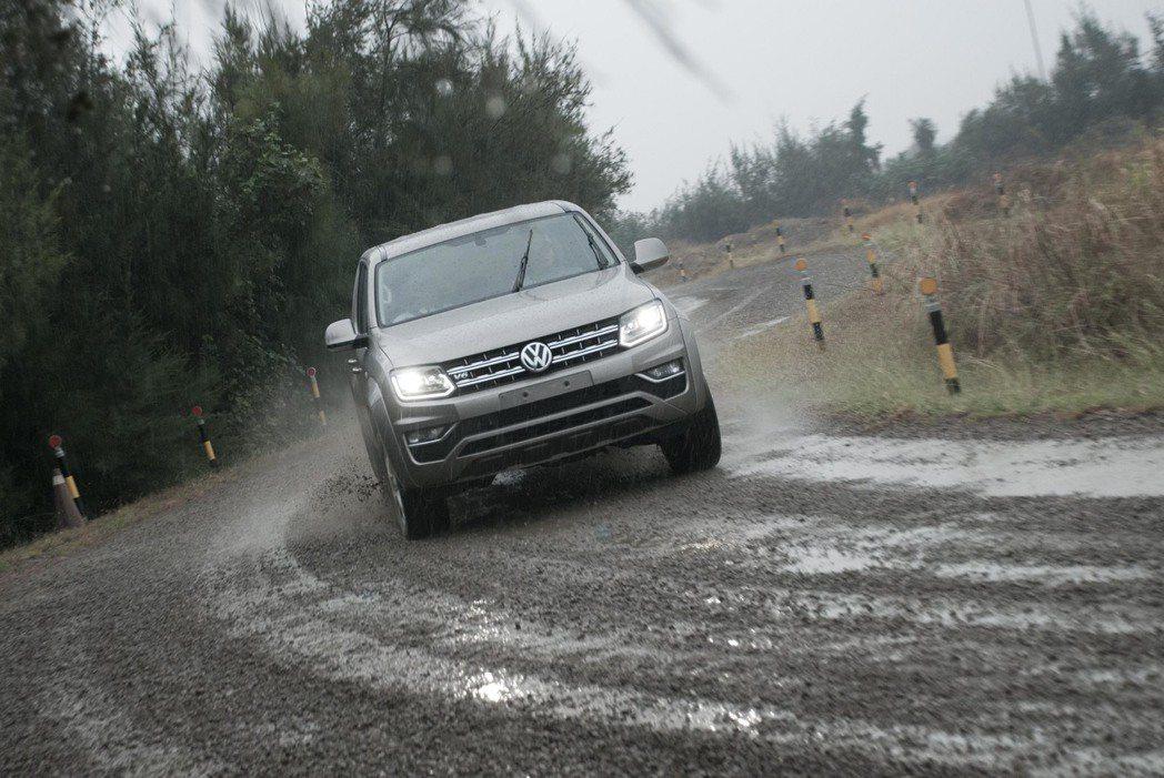 Volkswagen Amarok行走在泥濘的碎石道路。記者林昱丞/攝影