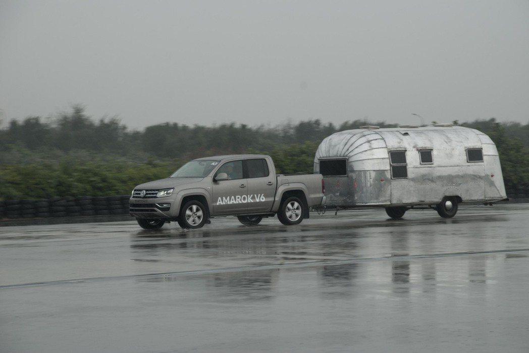 Volkswagen Amarok拖著重量約1.5噸的Airstream露營車做...