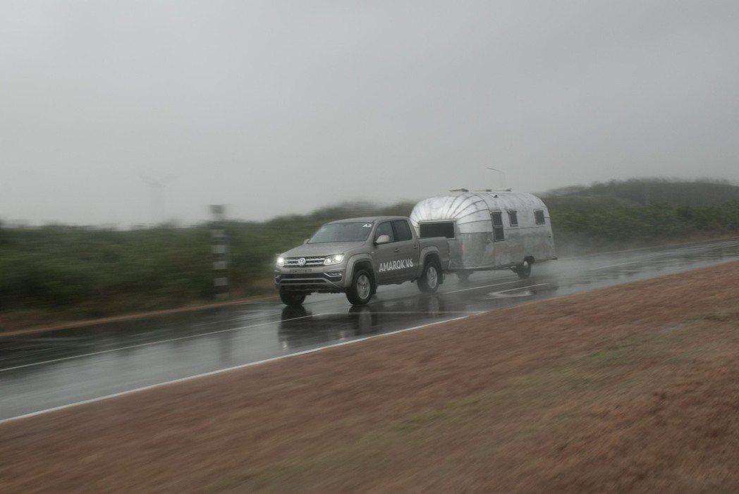Volkswagen Amarok拖著重量約1.5噸的Airstream露營車。...
