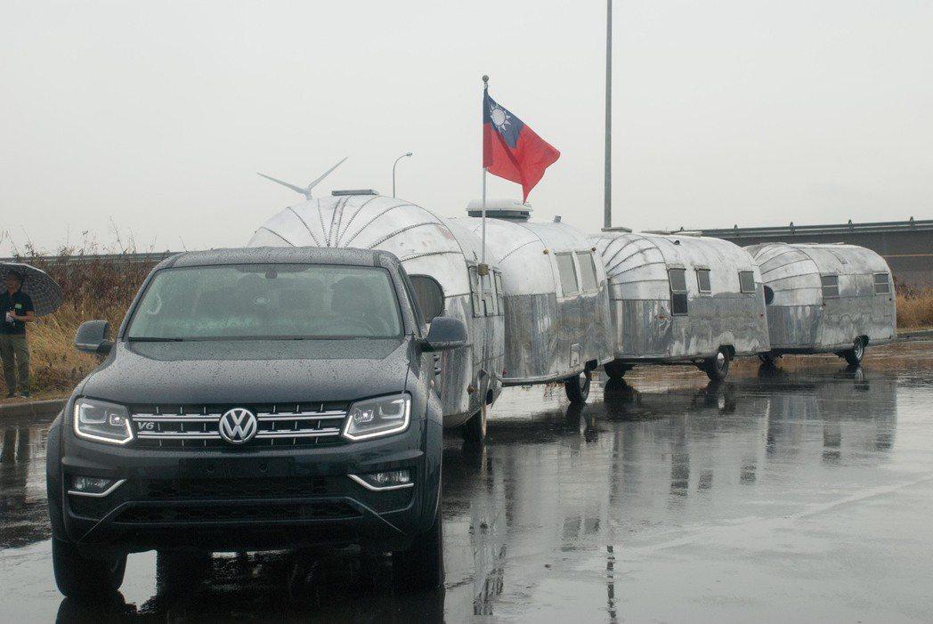 Volkswagen Amarok拖著重量約6噸的四輛Airstream露營車。...