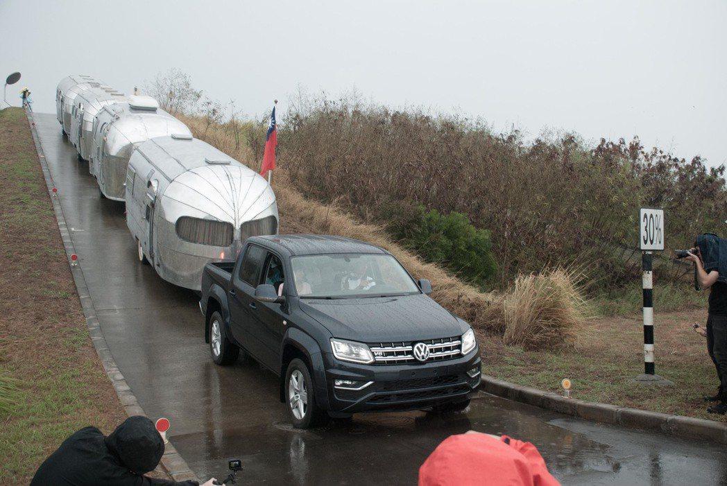 Volkswagen Amarok拖著重量約6噸的四輛Airstream露營車下...