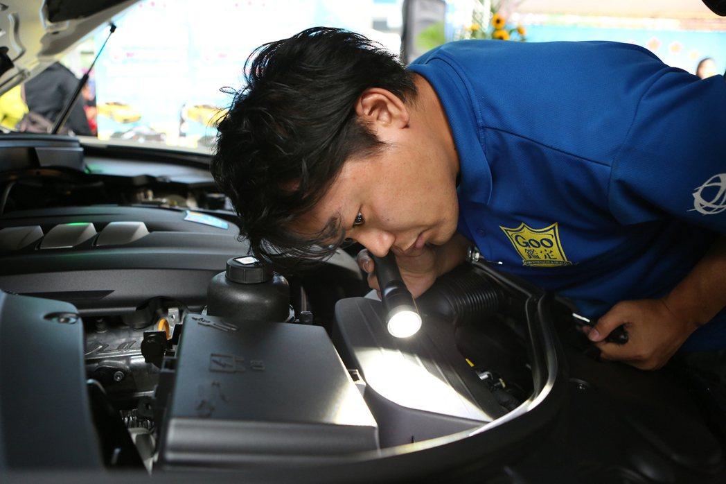 日本JAAA鑑定技師示範下,帶領消費者了解二手車第三方鑑定制度的檢查重點。圖/台...