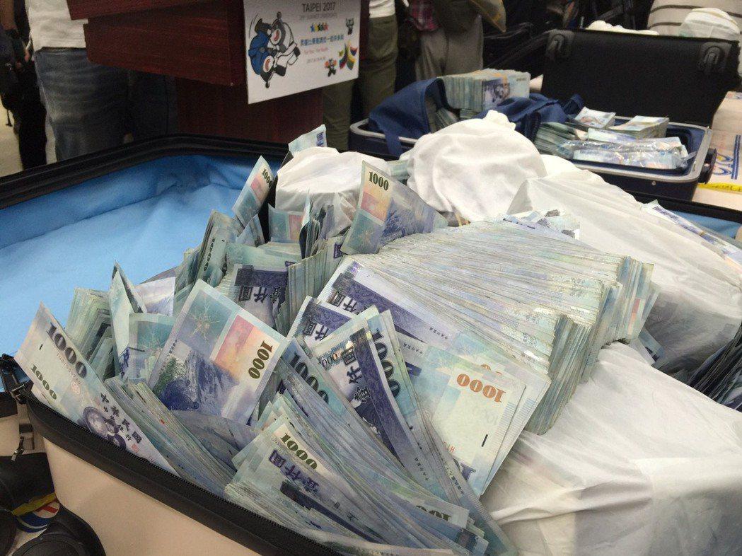 一銀案嫌犯有五四千多萬元贓款來不及帶出境,藏在飯店,台北市刑警大專案小組員警連夜...