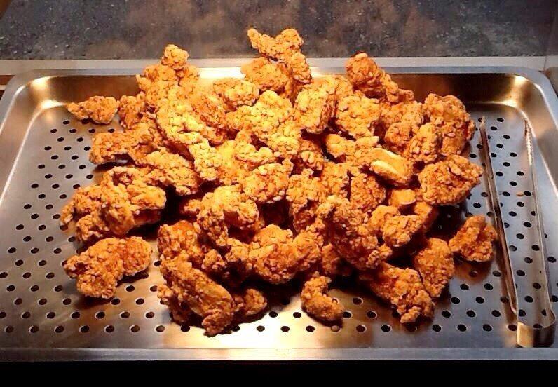 外皮金黃酥脆的「吳記排骨酥」,是來草鞋墩夜市必吃的美食之一。(圖片來源/吳記排骨...