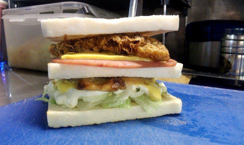 層層堆疊的佳樂碳烤三明治,感覺超澎湃!(圖片來源/佳樂碳烤三明治粉絲團)