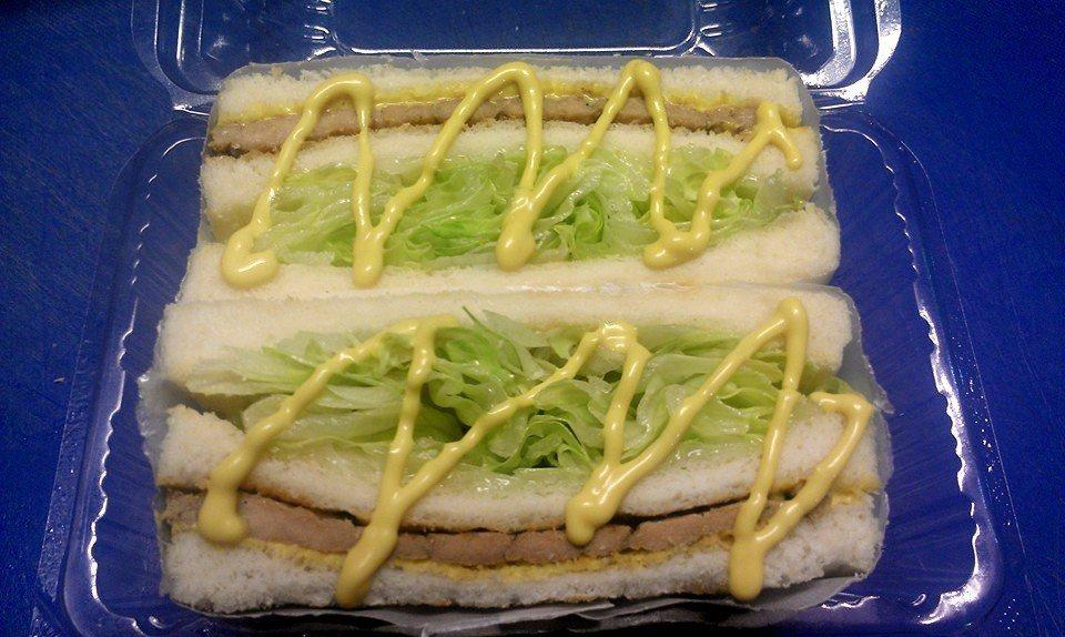 淋上特製的黃芥末醬後,滋味更加豐富!(圖片來源/佳樂碳烤三明治粉絲團)