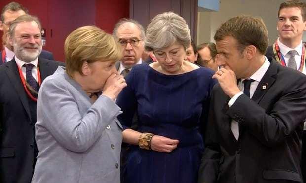 梅克爾(左)和馬克宏(右)摀著嘴與梅伊(中)咬耳朵,歐洲三巨頭在密談什麼?引起各...