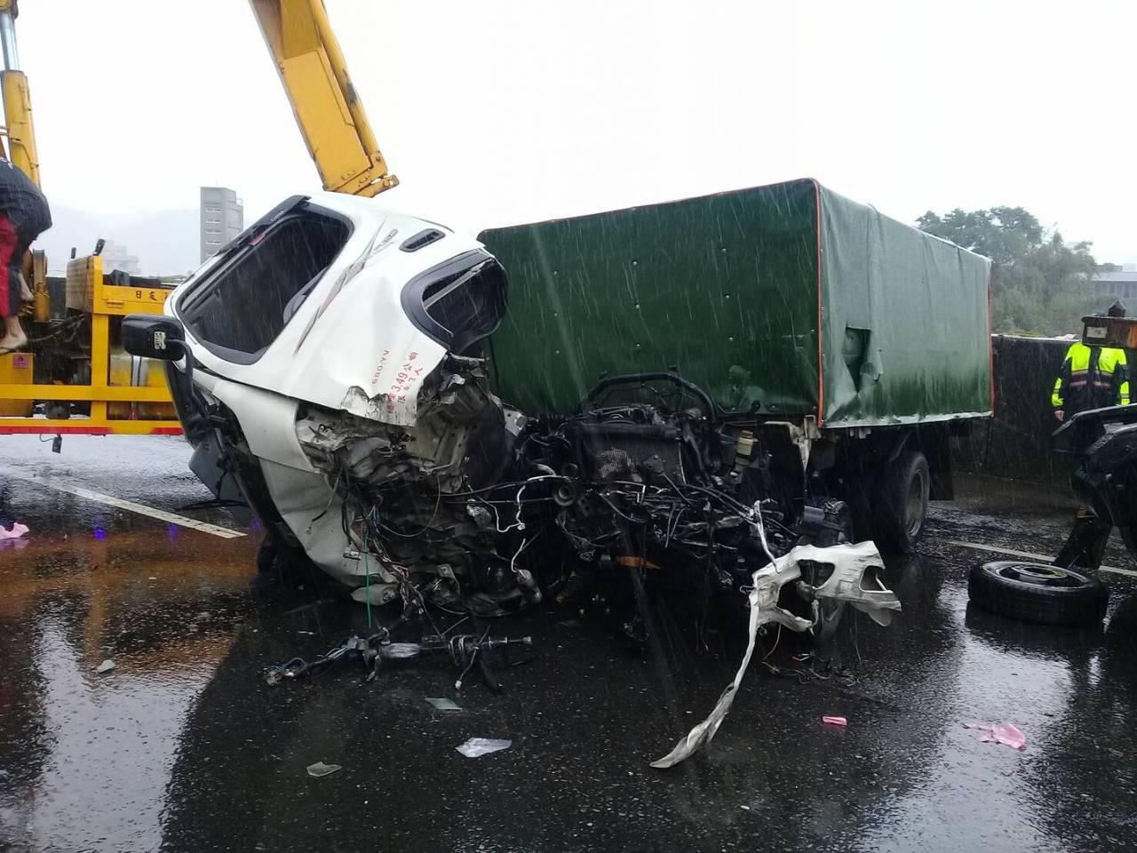 貨車原來在後方,先翻車衝到前方,拖板車才撞上。圖/基隆市消防局提供