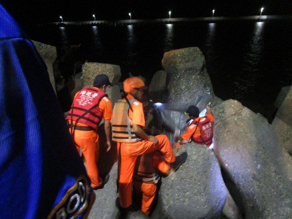 海巡與消防人員發現,女性漂浮外海靠近消波塊側,海巡人員、警消下海合力前往女子拉上...