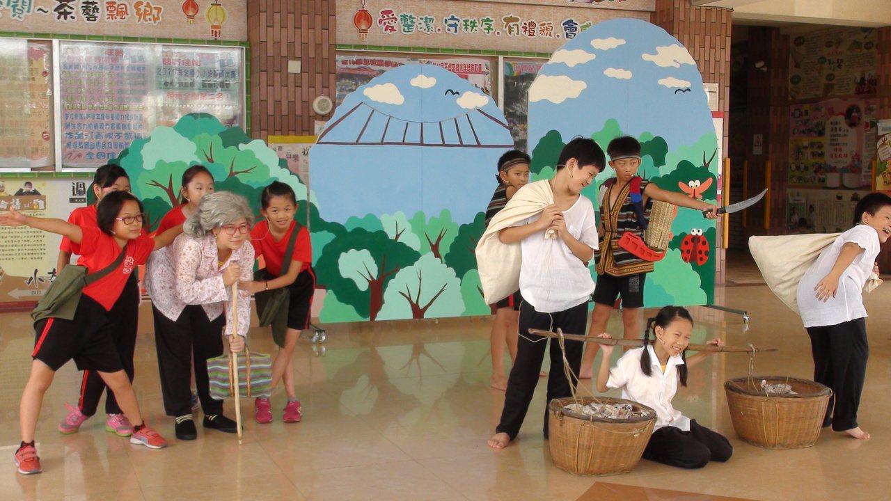 梅北國小兒童劇團以當地民番界碑演出族群融合的故事。記者謝恩得/攝影