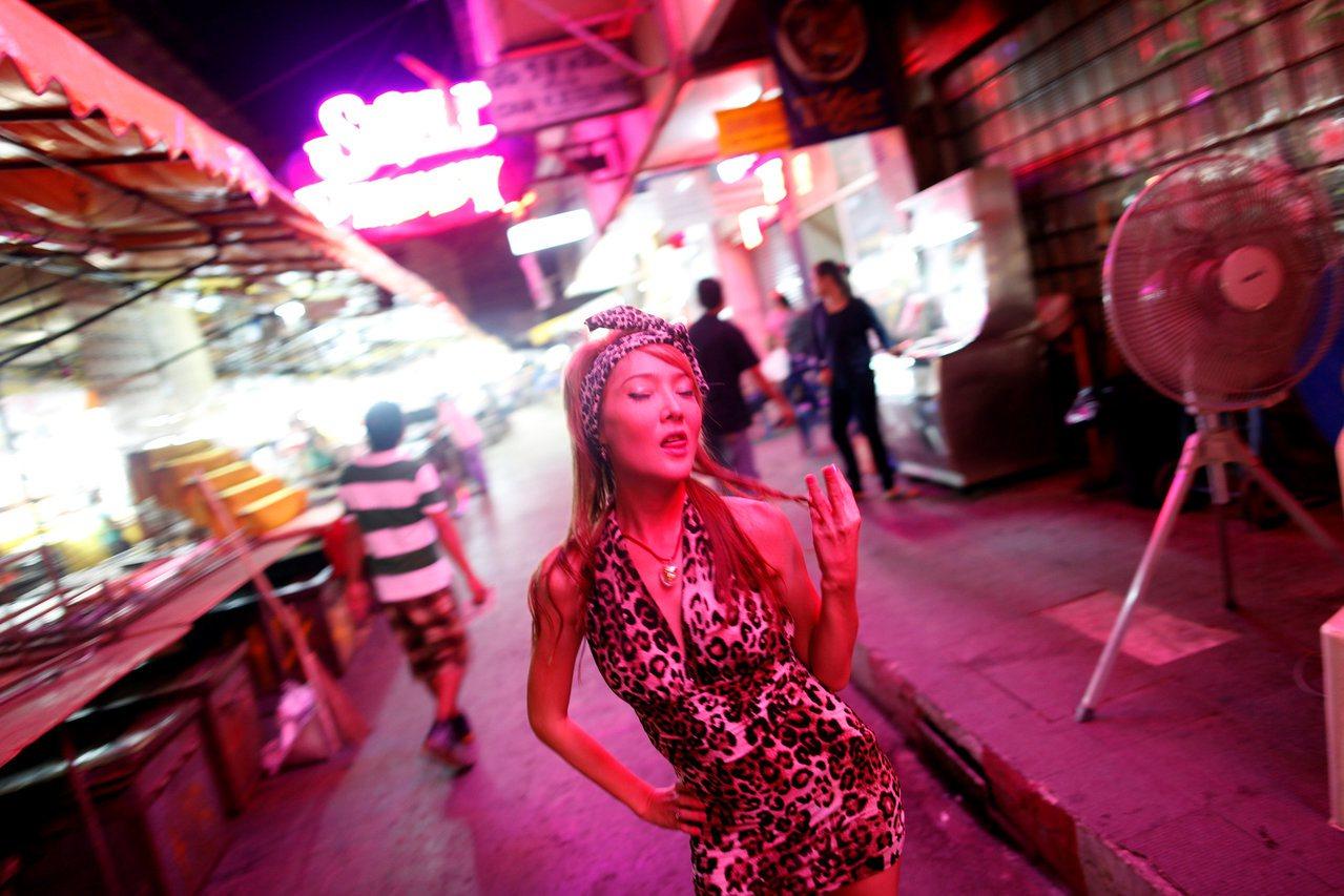曼谷巴朋紅燈區的go-go酒吧舞女是吸引觀光客的賣點。路透