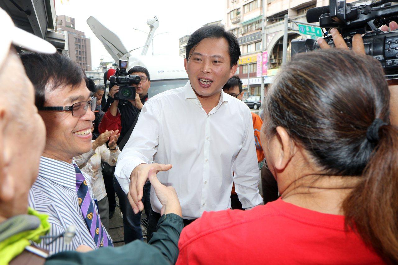 立委黃國昌今在汐止服務處針對罷免案舉辦記者會,場外也有不少支持民眾大喊加油。記者...