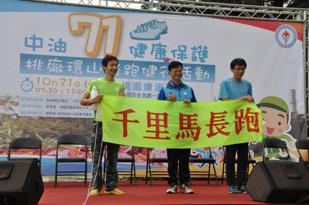 廠長曾繁鑫(中)頒獎表揚各組得獎者。記者張裕珍/攝影