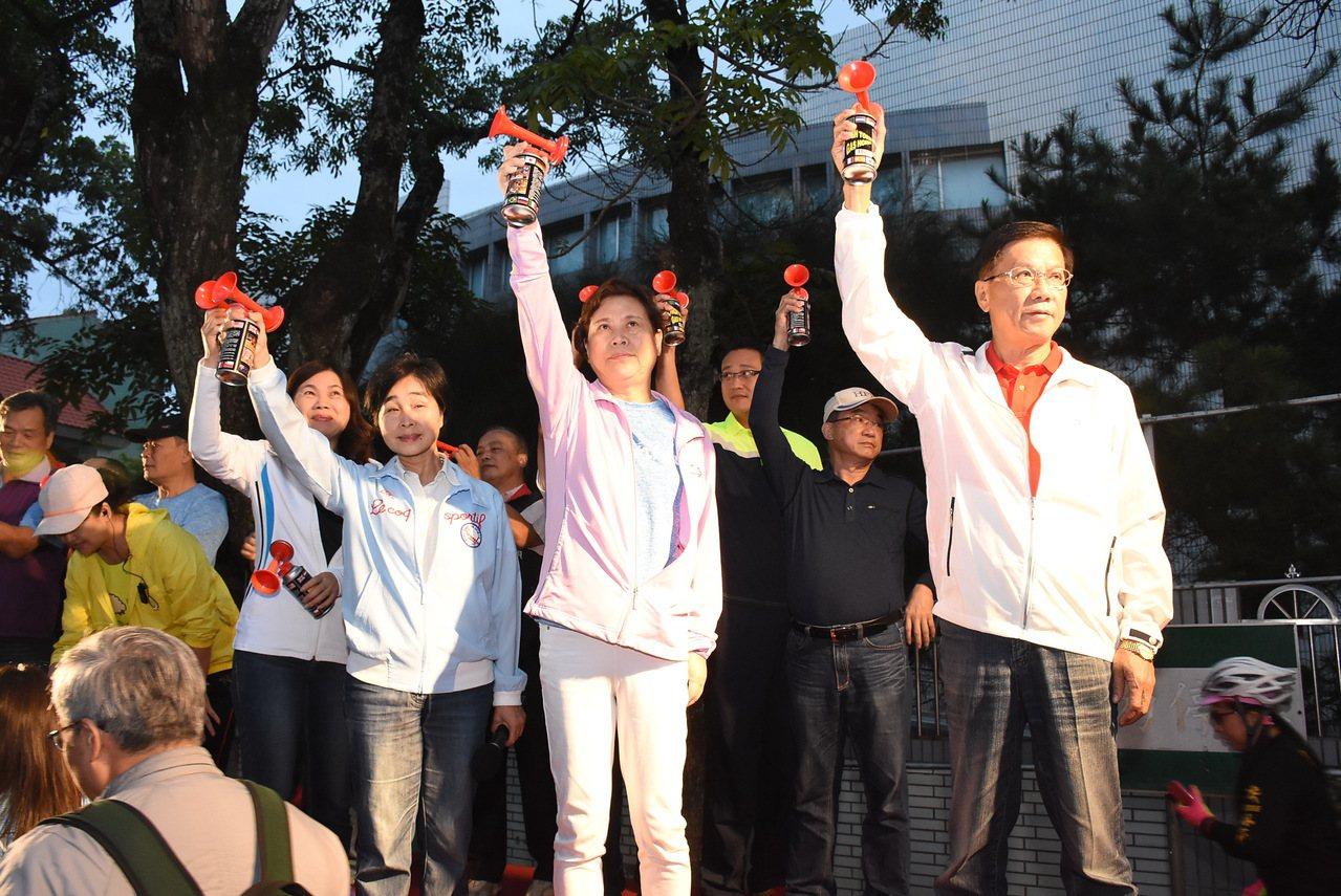 南投縣長林明溱、市長宋懷琳和市代會主席張秀枝(右至左)等人為百K挑戰賽鳴槍。圖/...