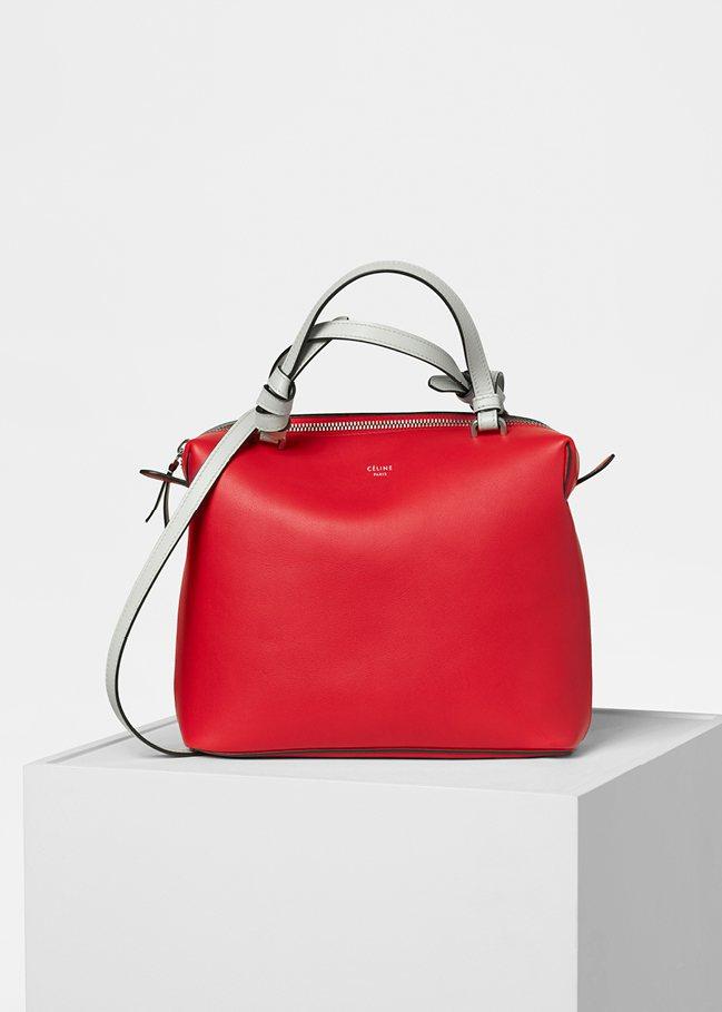 Soft Cube亮紅色小牛皮肩背提包,售價63,000元。圖/CÉLINE提供