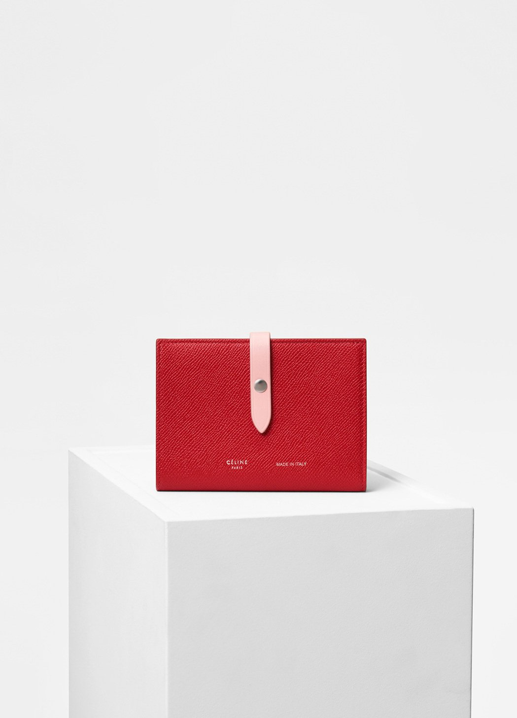 Strap亮紅色小牛皮中夾,售價22,500元。圖/CÉLINE提供