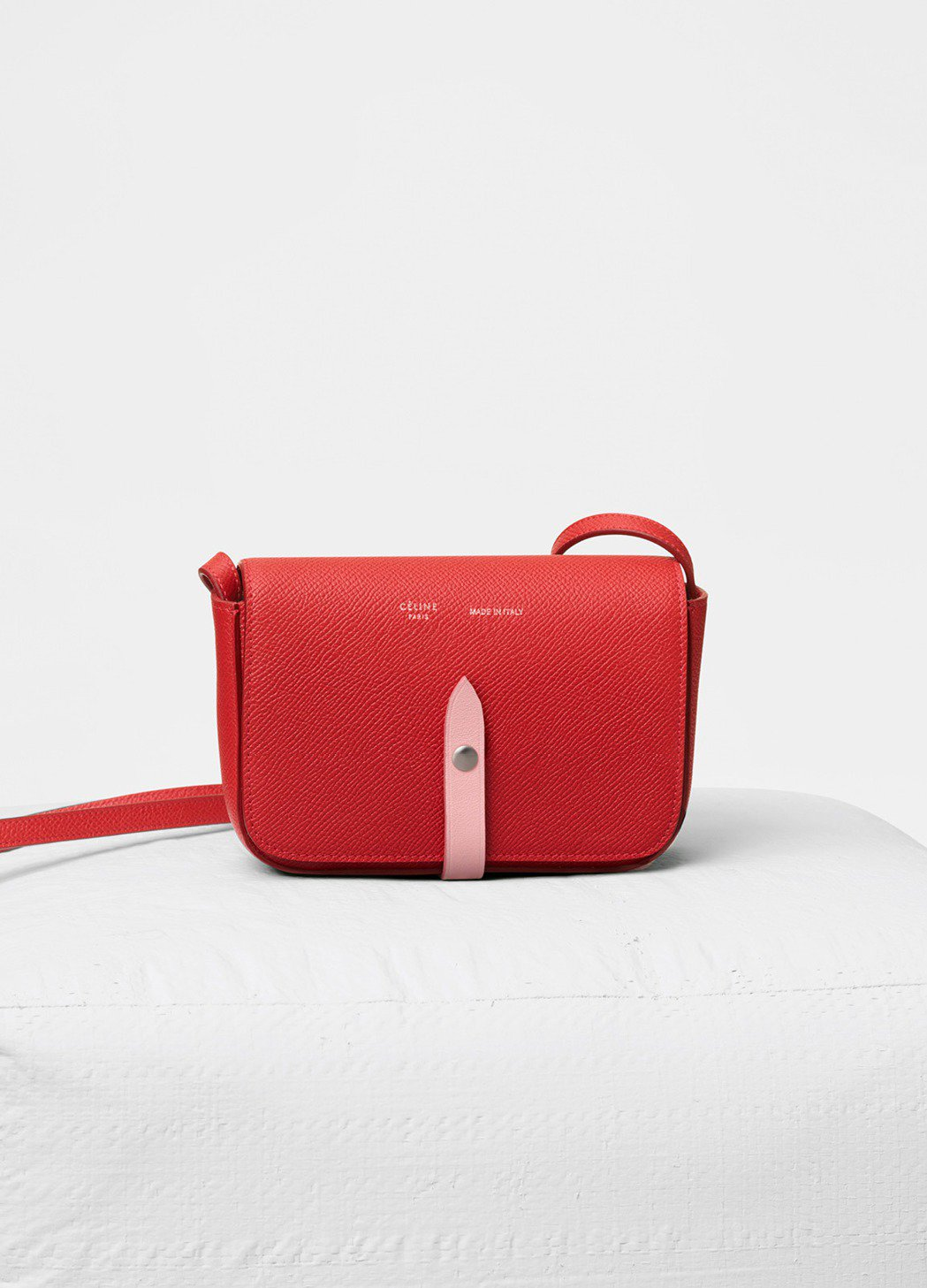 Strap亮紅色小牛皮肩背手拿包,售價22,500元。圖/CÉLINE提供