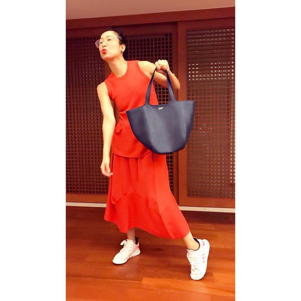 鄭秀文穿紅衣拎GIORGIO ARMANI藍色植物鞣製牛皮Le Jeu Bag,