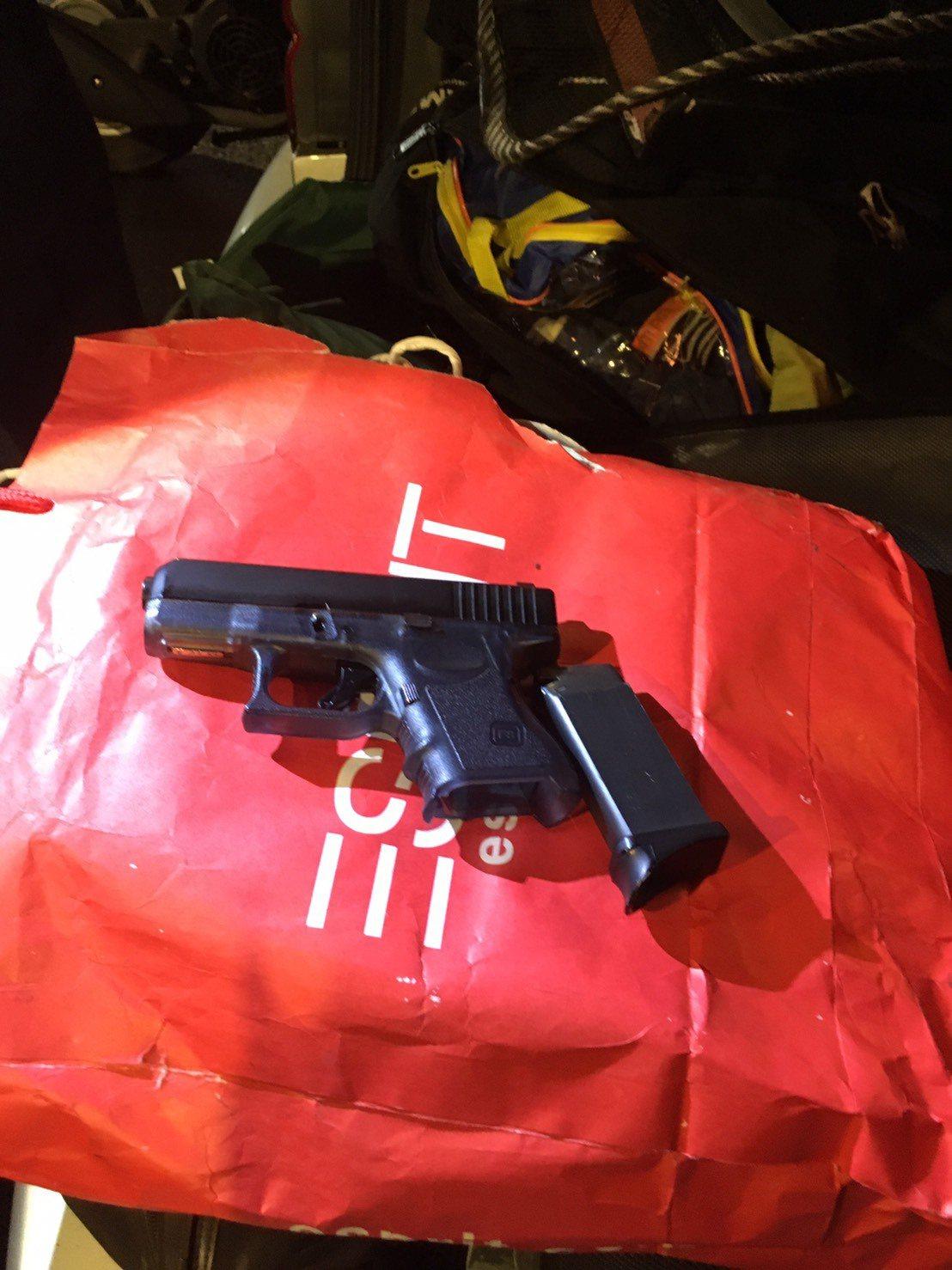 「車子是借來的。」新北市土城警方攔車盤查,車內查獲槍毒,洪姓男子只認購毒吸食,卻...