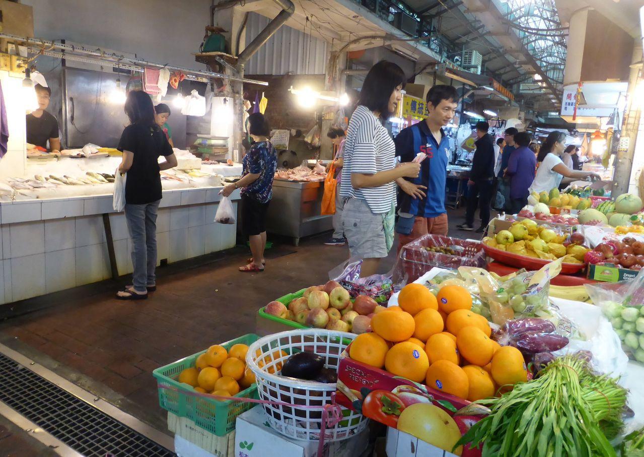 高市苓雅區國民市場營運一甲子,許多攤商期盼市場生鮮食材與傳統美食可以讓更多顧客回...