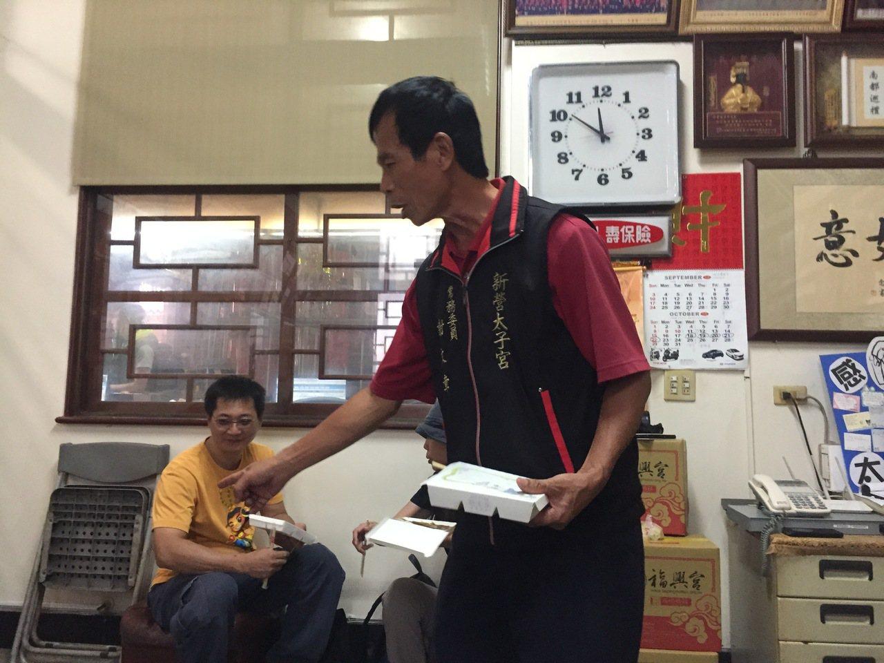 台南市新營區太子宮常務委員謝文章說,當場發現竊賊異常舉動。記者吳政修/攝影